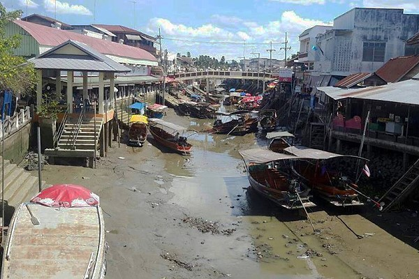 Photos of low tide at Amphawa Floating Market