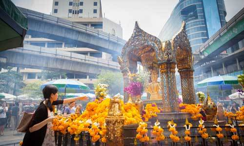 Free guide for a shrine and cultural walk in Ratchaprasong in Bangkok