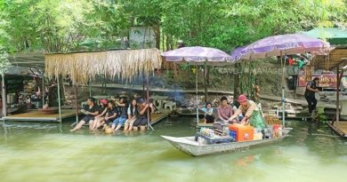 Kwang Chow floating market in Phetchaburi